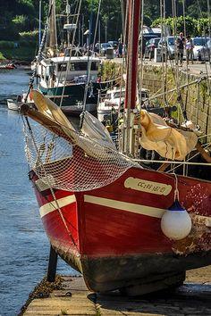Beau voilier en bois posé sur une cale à marée basse. Finistère, Bretagne.
