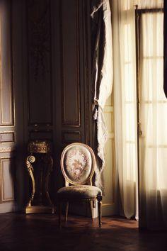 Classic interior with lavender & gold. Modern Classic Interior, Non Plus Ultra, Sofas, Interior Decorating, Interior Design, Paris Apartments, Window Treatments, Luxury Homes, House Design