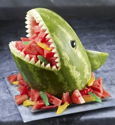 Great for summer pool party! Watermelon Shark - great for a pool party! Wish I knew to do this when I was with Classic Casseroles on the Vineyard. it would have been perfect for the parties we catered the year they were filming Jaws! Cute Food, Good Food, Awesome Food, Awesome Art, Summer Pool Party, Summer Bbq, Summer Birthday, Summer Parties, Luau Party