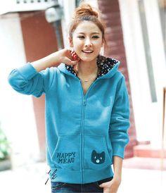 """Về xu hướng thời trang áo khoác, áo khoác nỉ có nón vẫn tiếp tục """"lên ngôi"""" mùa thu đông 2014, xu hướng tiện lợi và ứng dụng cao cũng được chú ý trong các dòng sản phẩm áo khoác nữ."""