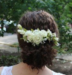 В день свадьбы каждая невеста хочет быть самой красивой, поэтому тщательно подбирает платье, украшения и аксессуары. Свадебную прическу невесты может украсить нежный гребень с розами. Аккуратно и творчески созданное украшение из фоамирана получается легким, практичным и изящным. Для работы над гребнем нам понадобятся: - фоамиран оливковый и светло-лимонный (0,8); - линейка, ножницы; - масляная