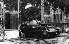 1975年4月30日。南ベトナムの首都サイゴン(現ホーチミン)が陥落した。北ベトナムの戦車が南ベトナム政府の首相官邸の正門に突入した模様。