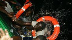 Inmigrantes son rescatados del agua en el Mediterràneo Juan Medina trabajaba como fotógrafo de un diario local en las Islas Canarias en 2004 cuando un pequeño bote se acercó a sus costas repleto de hombres procedentes del África Subsahariana. En el momento en que una patrulla de la Guardia Civil española se acercó, el bote se hundió y nueve de sus ocupantes se ahogaron. Medina retrató a 2 de los 29 sobrevivientes, Isa e Ibrahim, originarios de Mali, mientras eran rescatados del agua. La…