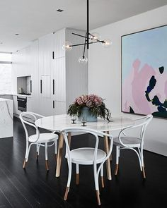 Dining Room Design: Take a look at this dazzling dining room lighting with an amazing dining room decor Deco Addict, Bentwood Chairs, Dining Room Inspiration, Dining Room Lighting, Table Lighting, Lighting Ideas, Modern Lighting, Dining Room Design, Dining Decor