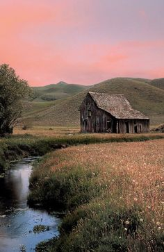 Take me there! Please! Tranquility! Country Barns, Old Country Churches, Country Life, Architecture Old, Homesteading, Old Cabins, Old Barn Wood, Down On The Farm, Old Farm