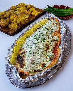 Saftig lax toppad med ett täcke av färskost. Laxen blir så saftig och såååå god! Enkel att laga och rätten sköter sig själv i ugnen. Passar lika bra att servera till vardags som till fest. Recept på kraschad potatis med saffran och vitlökssmör hittar du HÄR! 6-8 portioner Ca 1,5 kg laxsida 200 g färskost (läs tips nedan) Saften från en halv citron Salt & peppar 1 dl vatten Smaksättning till färskosten: 2 msk finhackad dill Rivet skal från en citron Garnering (valfritt): Finhackad gräslök ... Fish Recipes, Snack Recipes, Healthy Recipes, Snacks, Zeina, Sugar And Spice, Fish And Seafood, I Love Food, Summer Recipes