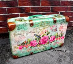 I will show you how to decoupage a lovely tea box from. I used decoupage glue and paper napkins. Decoupage Suitcase, Painted Suitcase, Suitcase Decor, Suitcase Storage, Decoupage Art, Vintage Suitcases, Vintage Luggage, Vintage Bags, Vintage Decor