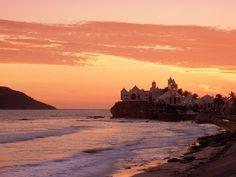 Mazatlán, Sinaloa (Oceano Pacifico)........Chimata la Perla del Pacifico, Mazatlán è situata a soli 13 chilometri a sud del Tropico del Cancro, ed è il porto più grande della costa messicanca del Pacifico. Il faro è uno dei più alti del mondo e fù messo in funzione alla fine del 1800. Si trova sul Cerro del Creston dove dalla sua cima si può ammirare la bellezza del paesaggio con la vista sul mare aperto.