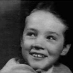 a young julie andrews Julie Andrews Young, Julie Andrews Children, I Am Different, Christopher Plummer, Eliza Doolittle, Fair Lady, Dark Photography, Living Legends, Kate Beckinsale