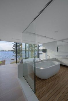 Met zo'n uitzicht kan het niet meer stuk #bathroom #bathtub #bath #metamorphosia #bad #badkamer #badkuip