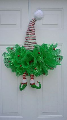 Haz adornos navideños fáciles para decorar tu puerta en esta navidad ~ Belleza y Peinados Wreath Crafts, Tree Crafts, Diy Wreath, Christmas Projects, Holiday Crafts, Holiday Decor, Christmas Mesh Wreaths, Noel Christmas, Christmas Ornaments