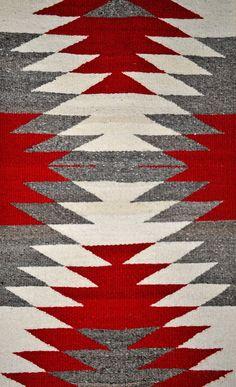 traditional navajo weaving video navajo weavers carry on centuries old . Navajo Weaving, Loom Weaving, Hand Weaving, Motif Navajo, Navajo Rugs, Native American Rugs, Native American Design, Native American Patterns, Estilo Navajo