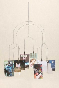Mobile avec cadres pour photographies -http://www.urbanoutfitters.com/fr/catalog/productdetail.jsp?id=5527415851000&parentid=PHOTO-FRAMES-ALBUMS-EU#/
