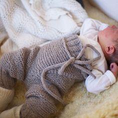 Baby fashion. .bukse opp til opp under armene ☺Uansett, jeg elsker omslagsplagg til de aller minste. Denne er strikket i #timu fra #raumagarn og kommer sammen med andre babyplagg på #paelas. #Padgram