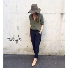 とろみ感ある生地、洗濯してもしわになりにくい素材で人気の、ユニクロのレーヨンエアリーブラウス。この秋、オンオフ活躍するデザインと秋冬色の新色を伴って再登場です! Khakis Outfit, Minimal Classic, Uniqlo, Business Casual, Panama Hat, Casual Outfits, Womens Fashion, Ladies Fashion, Lady