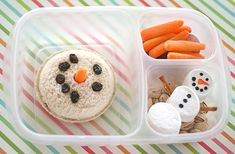 snowman bento lunch: marshmallow snowman with popcorn in a clear bag underneath to look like snow Toddler Meals, Kids Meals, Kids Lunch For School, School Lunches, Kid Lunches, Boite A Lunch, Little Lunch, Christmas Lunch, Christmas Holiday