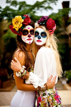 "It may just look like a beautiful, creative look for Halloween, but the fact is the ""sugar skull"" makeup is rooted in much more that just cool face paint. Costume Halloween, Teen Halloween Party, Best Friend Halloween Costumes, Fete Halloween, Halloween 2017, Halloween Make Up, Maquillage Sugar Skull, Paulette Magazine, Sugar Skull Makeup"