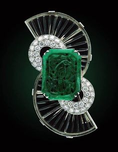 Art Deco vintage Boucheron brooch carved emerald, rock crystal and diamonds Jade Jewelry, Emerald Jewelry, Art Deco Jewelry, Bling Jewelry, Art Deco Schmuck, Bijoux Art Nouveau, Motif Art Deco, Art Deco Design, Bijoux Design