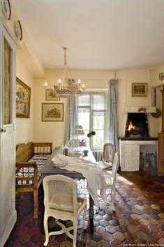 [Visite Privée] Dans la Marne, une demeure au charme d'antan : Cheminée sur haut jambage, table rustique, banquette en bois, tomettes... autant d'éléments, de styles différents, qui font de cette #cuisine d'autrefois une pièce chaleureuse - http://ow.ly/VECNn