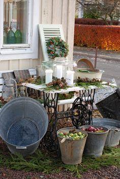 Vita Ranunkler: Måndag Outdoor Spaces, Outdoor Living, Outdoor Decor, Garden Shower, Old Sewing Machines, Backyard, Patio, Enchanted Garden, Blooming Flowers
