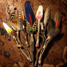 Feather Painting, Feather Art, Feather Bouquet, Native Art, Native American Art, Spirit Sticks, Indian Crafts, Nativity Crafts, Feather Crafts