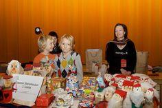 Luokkien omista pöydistä voi ostaa lasten tekemiä joulukoristeita ja leivonnaisia
