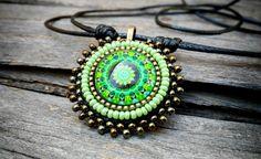 MANDALA, collar, cristal con mandala, bordado de rocalla, tono verde, bronce, regalos, joyería unisex, regalos originales, símbolo de MysticDreamsFactory en Etsy