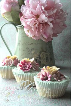 Another set of gorgeous cupcakes. Lovely for an outdoor tea party.