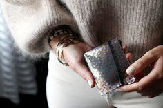 DIY : La pochette pour masque Diy, Bags, Clutch Bags, Paper, Handbags, Bricolage, Do It Yourself, Homemade, Diys