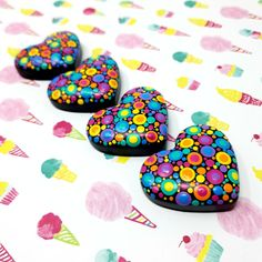 Learn to dot! Rock Painting Patterns, Rock Painting Ideas Easy, Dot Art Painting, Rock Painting Designs, Pebble Painting, Pebble Art, Stone Painting, Mandala Painted Rocks, Painted Rocks Craft