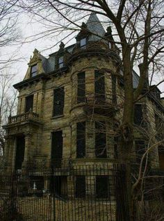 Franklin Castle in Ohio: With its gloomy exterior and secret passageways, Franklin Castle certainly lives up to its title: the Most Haunted House in Ohio. Franklin Castle has it all—children crying, voices arguing in the walls, chandeliers spinning, face Old Abandoned Houses, Abandoned Castles, Abandoned Mansions, Abandoned Buildings, Abandoned Places, Old Houses, Real Haunted Houses, Creepy Houses, Spooky House