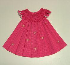 Vestido em popeline rosa pink, com pequeninos poás brancos, 100% algodão, com pala em ponto smock (casinha de abelha) e bordado à mão. Tamanho: 0 - 6 meses Medidas: Largura de ombro a ombro (sem o babado): 22 cm Altura total: 35 cm Tamanho: 6 - 12 meses Medidas: Largura de ombro a ombro 26 cm Altura total: 41 cm DISPONIVEL PARA PRONTA ENTREGA 1 UNIDADE DE CADA TAMANHO R$65,00