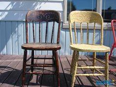 Deux chaises de bar en bois antiques à 30 $ chaque.  Demander André