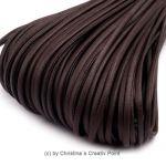 Band Lederoptik flachDunkelbraun2,5 mm - 5 m - dieses schicke Band können Sie auf viele verschiedene Arten einsetzen. Es wird gernefür die Herstellung von Ketten und Armbändern genutzt.Material: PolyuretanBreite:2,5 x 1mmLänge:5 mDieses Band kann nur jeweils als5 Meter geliefert werden.