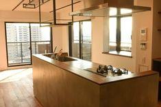 シンプルなだけでなく、一味プラスのこだわりがうかがえます。キッチンカウンターはモルタル塗りの上に木のカウンターで温もりもプラス。 専門家:が手掛けた、モルタルの腰壁と相性の良いステンレス天板のキッチン(飾りすぎず素っ気なくない、ちょうどよいシンプルリノベ)の詳細ページ。新築戸建、リフォーム、リノベーションの事例多数、SUVACO(スバコ)