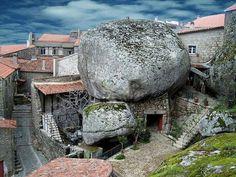 Portugees dorpje tussen de rotsen.