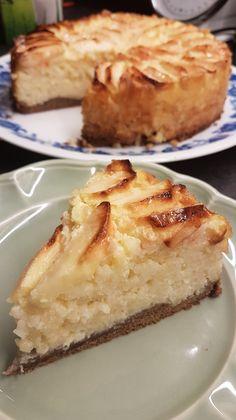 Een mooie lijst vol Franse recepten uit Normandië kwam op mijn pad en zo ook deze gateau au riz. Een klein beetje aangepast en voila een rijsttaart om je vingers bij op te eten. Rijsttaart met appel vorm 28 cm doorsnede 300 gram ronde risotto rijst (ongekookt) Melk om de rijst in te koken qua… Dessert Cake Recipes, Sweets Cake, Cheesecake Recipes, Snack Recipes, Low Carb Brasil, Dutch Recipes, Sweet Pie, Mocca, Cake Plates