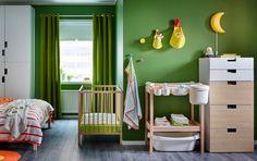 너도밤나무 소재의 유아용침대와 기저귀교환대, 화이트/자작나무 서랍장으로 꾸민 침실