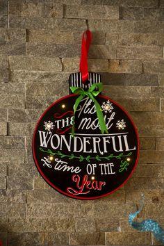 Decoración navideña para tu hogar. Colgante navideño con luz elaborado en acero con iluminación LED. Medida 35 cm. Disponible en 3 estilos diferentes. Baterías NO incluidas.