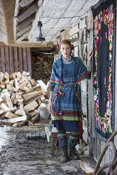 """Wintermode 2013 - Hanna hier in der Tunika """"Sirja"""". Sie trägt passend dazu einen Basic-Rock, das Dreieckstuch """"Liila"""" und Stulpen. http://www.gudrunsjoeden.de/Blusen-Tuniken--40056d.html"""
