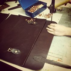 Making a leather {oficio} briefcase MXS #leatherwork #leathercraft #oficio #vintagebags www.bitacoradeoficio.com