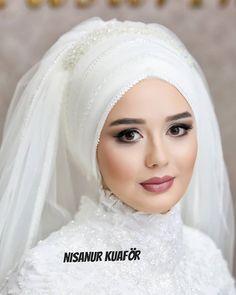 Shall we say a beautiful bride maşallah ❤ Muslim Wedding Gown, Bridal Hijab, Muslim Wedding Dresses, Muslim Brides, Wedding Hijab, Wedding Headband, Best Wedding Dresses, Bridal Outfits, Bridal Dresses