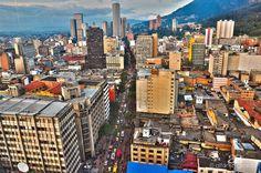 Bogotá es una ciudad cosmopolita, moderna, atractiva y seductora por su amplia oferta cultural,  de recreación, deporte, eventos y oportunidades de negocios. En fin, siempre hay algo para hacer o visitar en la capital colombiana lo que la posiciona como una de las ciudades de América Latina con mayor crecimiento en todos los ámbitos.