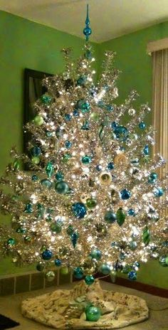 Nothing like a silver and blue christmas tree to remind me of Christmas past. Christmas Past, Blue Christmas, Christmas Holidays, Christmas Crafts, Modern Christmas, Retro Christmas Tree, Turquoise Christmas, Primitive Christmas, Country Christmas