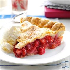 Winning Rhubarb-Strawberry Pie Winning Rhubarb-Strawberry Pie Recipe- Recipes While being raised on a farm I often ate rhubarb, so it's natural for me to use it in a pie. I prefer to use lard for the flaky pie crust and thin, red rhubarb stalks for the fi Rhubarb Desserts, Köstliche Desserts, Delicious Desserts, Dessert Recipes, Plated Desserts, Dinner Recipes, Yummy Food, Strawberry Rubarb Pie, Strawberry Rhubarb Recipes