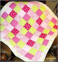 Babyquilt Patchworkdecke Krabbeldecke  pink  / grün  by dekoretti, Dieser fröhlich bunte Babyquilt ist aus pink-,  rosa- und apfelgrünen Baumwollstoffquadraten genäht ...