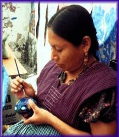Mujer nahua utilizando la técnica del barro azul.