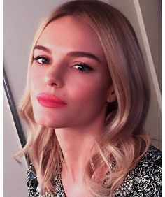 Kate Bosworth avec un rouge à lèvres rose et des ondulations blondes sur l'Instagram de Hung Vanngo