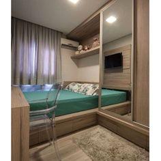 Proposta de quarto de casal bem diferente! A cama é praticamente encostada na…