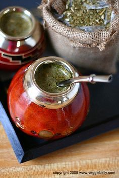 Yerba Mate-a South American Herbal Drink. Wholefoods apparently sells yerba mate in loose leaf, tea bag or ready brewed bottled forms. Argentina Food, Yerba Mate Tea, Food N, Herbal Tea, High Tea, Gourds, Tea Time, Whole Food Recipes, Brewing